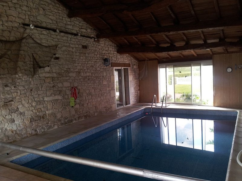 Maison de campagne charentaise atypique avec sauna et piscine d'interieur, holiday rental in Saint-Savinien