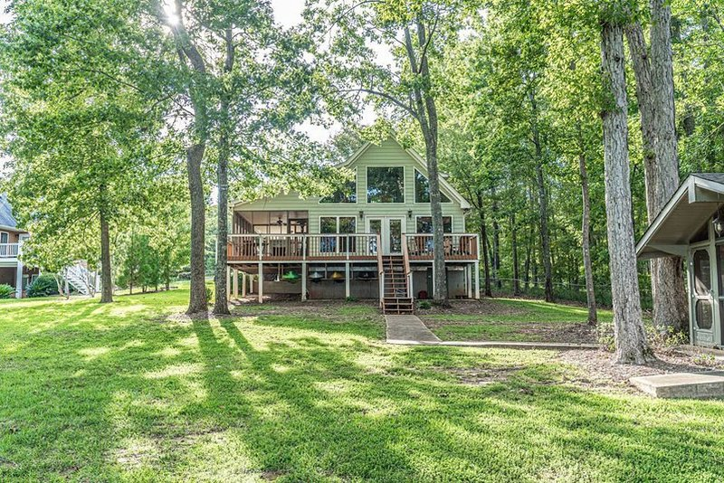 Gorgeous Sinclair Lakefront property sleeps 14+hot tub+BBQ+firepit+ ping pong, vacation rental in Milledgeville