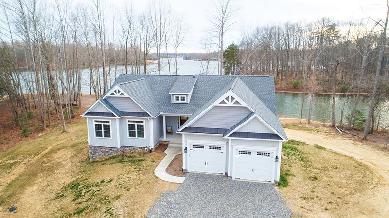 Amazing view! 500 ft waterfront - Awesome Boathouse & Private Beach -7 bedrooms, holiday rental in Mineral