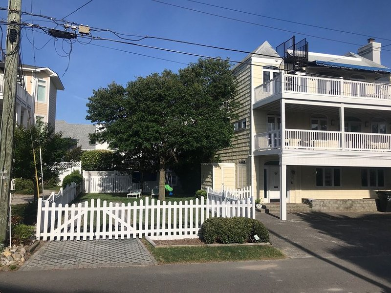 Steps to the Beach & An Ocean View Rooftop Deck - Ideal for Family Gatherings, alquiler de vacaciones en Virginia Beach