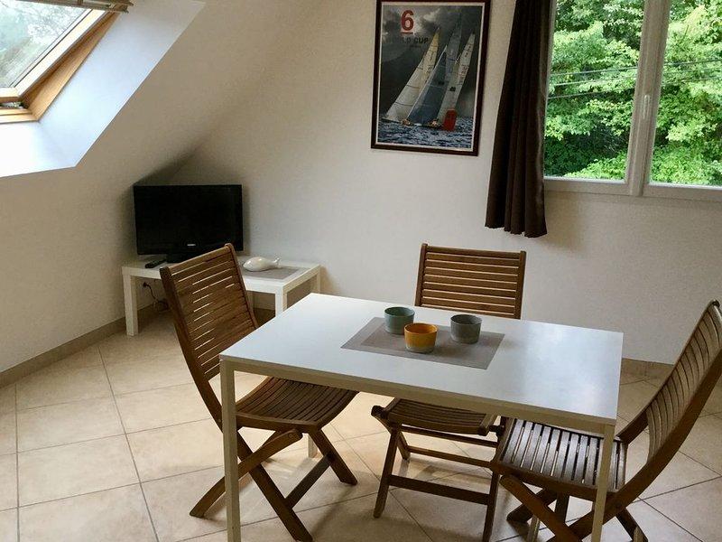 Appartement neuf proximité bord de mer avec jardin et table de pique-nique, vacation rental in Riantec