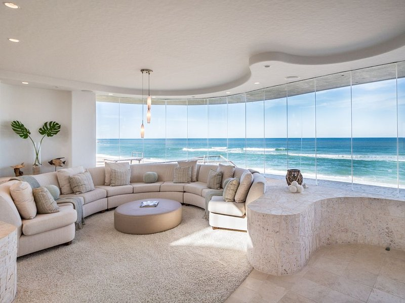 LUXURIOUS OCEANFRONT BEACH HOUSE  ON A PRIVATE BEACH, alquiler de vacaciones en Oak Hill