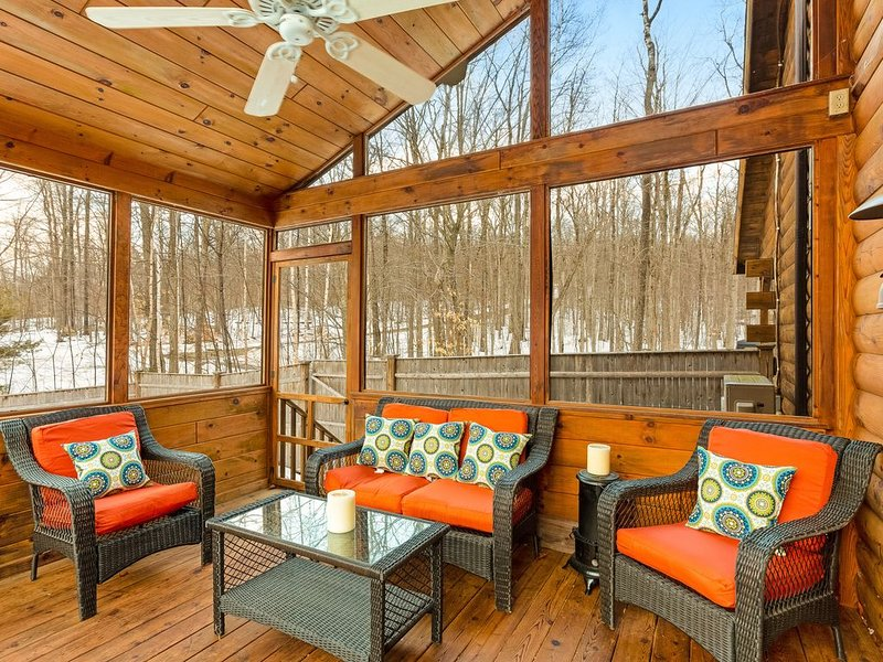 Dog-friendly retreat w/ a private hot tub, firepit, two kayaks, & a canoe!, holiday rental in Woodstock