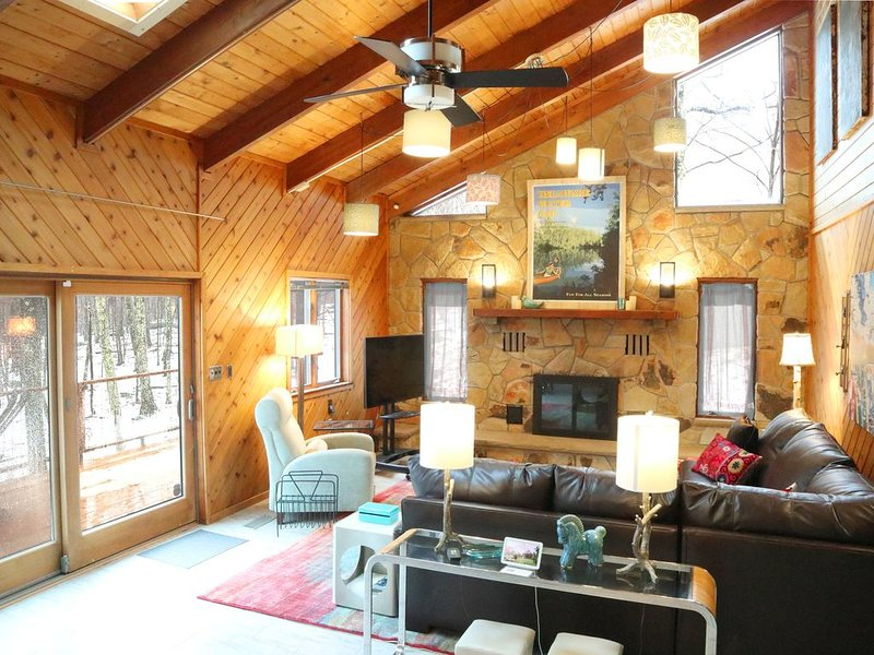 Spacious 'Design Lodge' In Woods, Amenities Galore!, alquiler vacacional en Tamiment