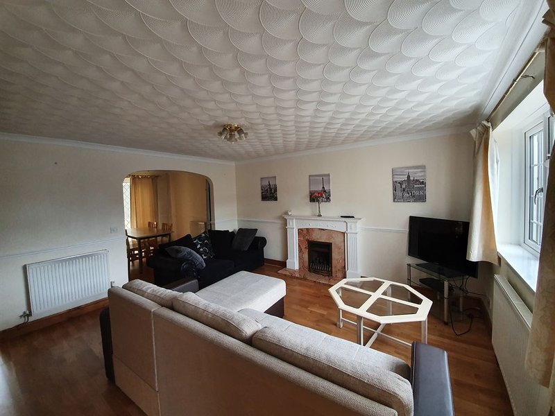 Simply Spacious house for up to 10, holiday rental in Swindon