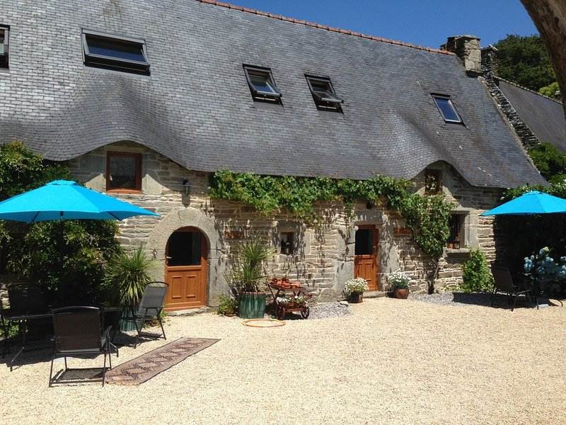 Ancient  Stone Cottage With Hot Tub, vacation rental in Plouay