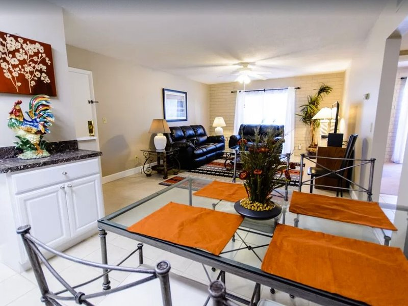 2Short walk to Shands & VA Hospitals, and UF campus, holiday rental in Gainesville