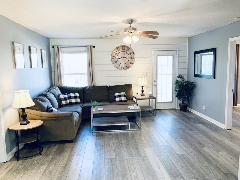 ★3 Bedroom/2 Bath 10 minutes from Ft Campbell!★, holiday rental in Clarksville