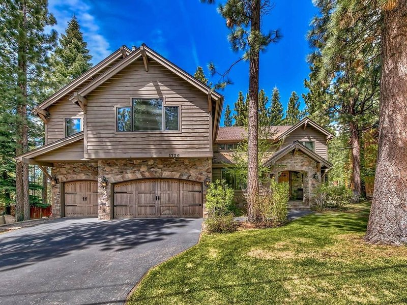 NEW!!! High-end 5BR, 4BA w/ hot tub, foosball, arcade, and more in central SLT, vacation rental in South Lake Tahoe