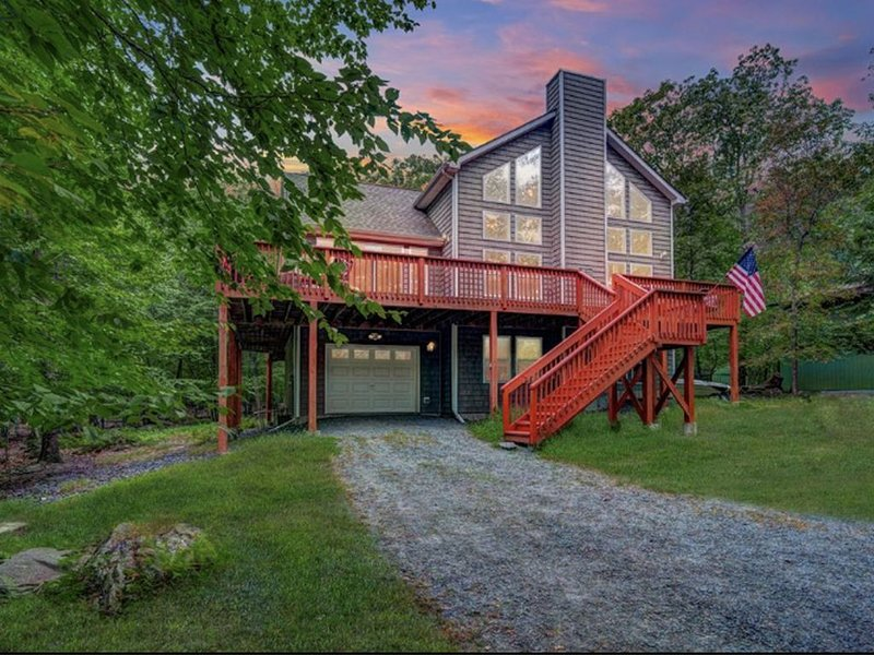 BEAUTIFUL OPEN FLOOR PLAN CHALET WITH TONS OF AMENITIES AND WRAP AROUND DECK, vacation rental in Narrowsburg