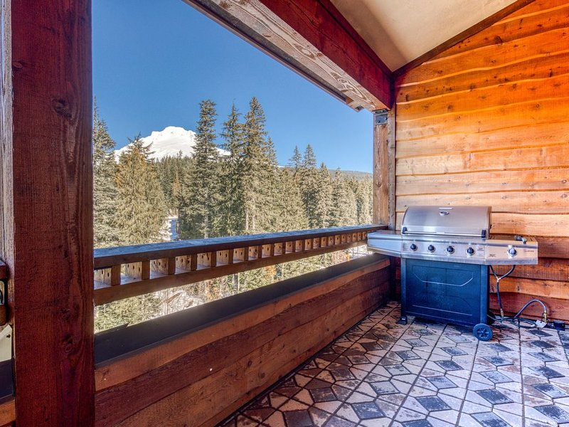 Penthouse condo w/mountain views & shared pool/hot tub - close to ski access!, holiday rental in Government Camp