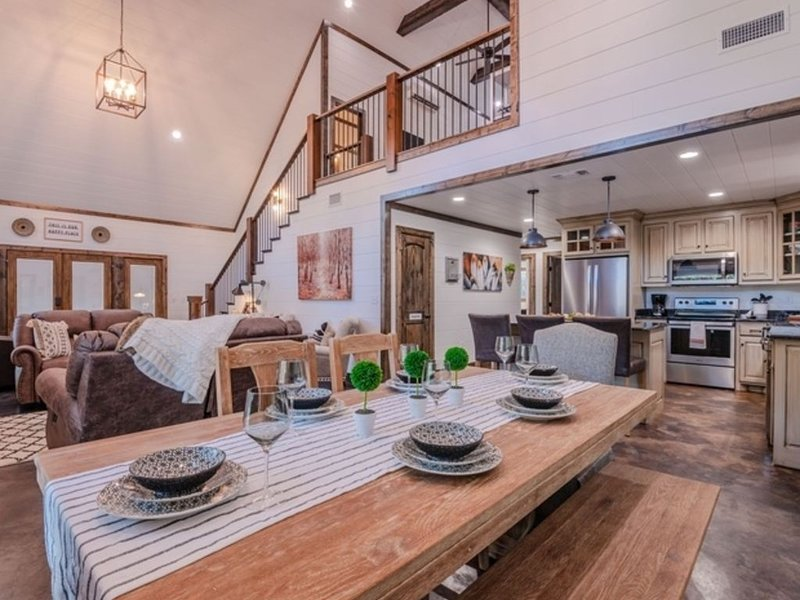 Peace Love & S'mores: Luxury Cabin Sleeps 10, Hot Tub, vacation rental in Hochatown