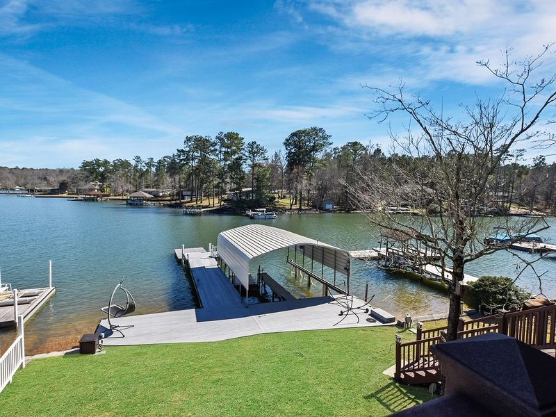 Your perfect 4 bed, 3 bath lake getaway with amazing views in a quiet cove!, location de vacances à Tallassee