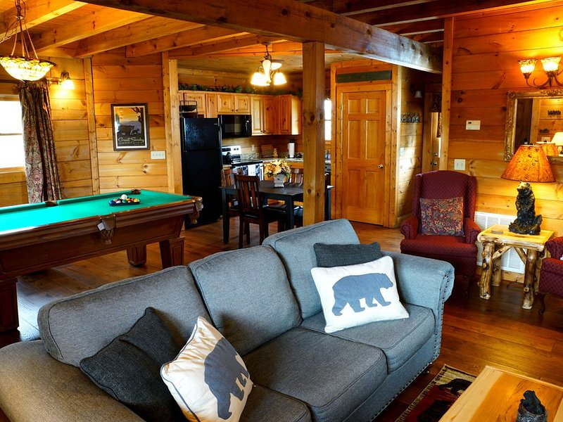Cozy Luxury Cabin: Couple's Retreat/Small Family Getaway. 3.5 miles Dollywood, vacation rental in Sevierville
