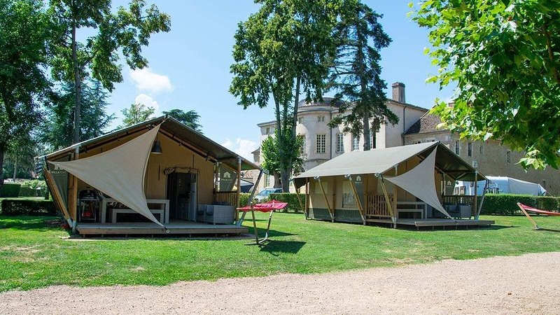 Luxe 5 Pers. Villatent at 5-star castle campsite  Château de L 'Epervière, holiday rental in Saint-Germain-du-Plain