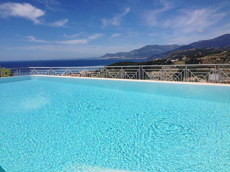 Villa di charme con piscina,splendida vista sul mare e Costa Azzurra. Wi-Fi free, holiday rental in Vallecrosia