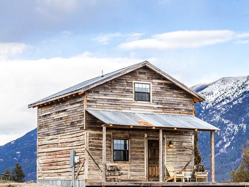 Near Glacier Park historic cabin couples / honeymoon / families  HOT TUB views, alquiler de vacaciones en Columbia Falls