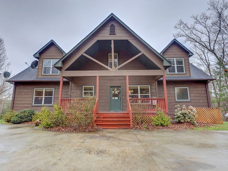 Stunning mountain cabin w/ free WiFi/ private hot tub/ gameroom/ gas fireplace!, casa vacanza a Mineral Bluff