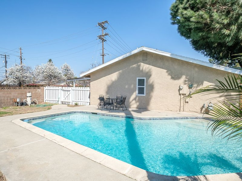 Remodeled Pristine 3 Bed 2 Bath with a Swimming Pool, holiday rental in Clovis