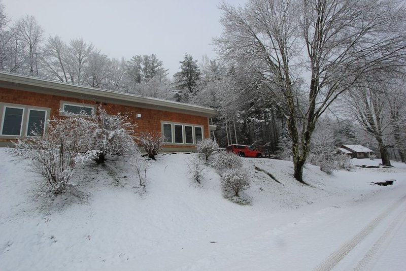 Quiet Modern Luxury Home w/ Memory Foam Beds, FAST WiFi and Full Kitchen, vacation rental in Bridgewater Corners