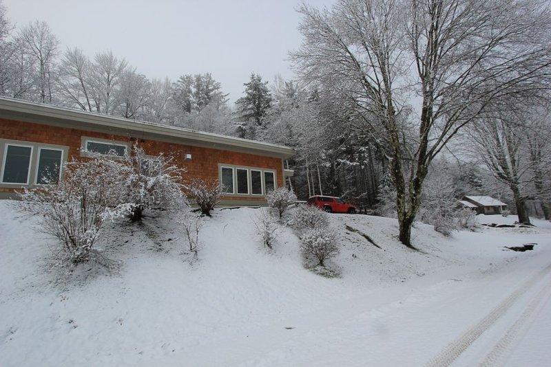 Quiet Modern Luxury Home w/ Memory Foam Beds, FAST WiFi and Full Kitchen, alquiler vacacional en Bridgewater Corners