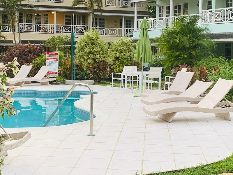 Luxury spacious condo in the heart of it all, vacation rental in Hastings