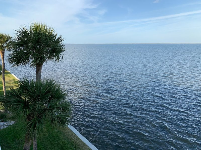 Waterfront Top Floor Condo with Perfect Views of Dolphins and SpaceX Launches, location de vacances à Titusville