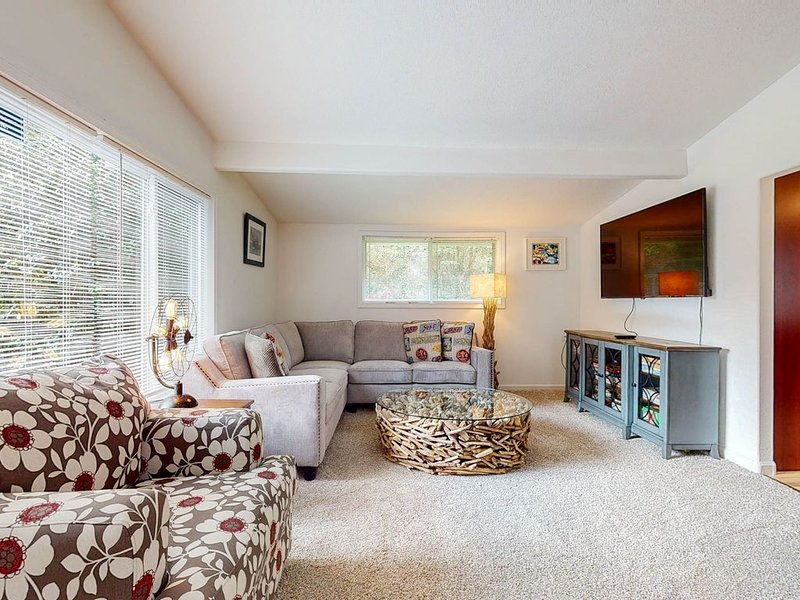 Friendly dog-friendly house near the beach w/private hot tub, WiFi & gas grill!, holiday rental in Newport