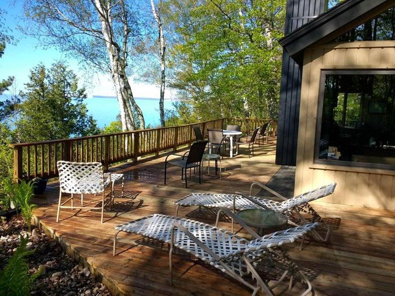 Rustic dream-home w/ lake views, wraparound deck, & wood-burning fireplace!, alquiler vacacional en Frankfort
