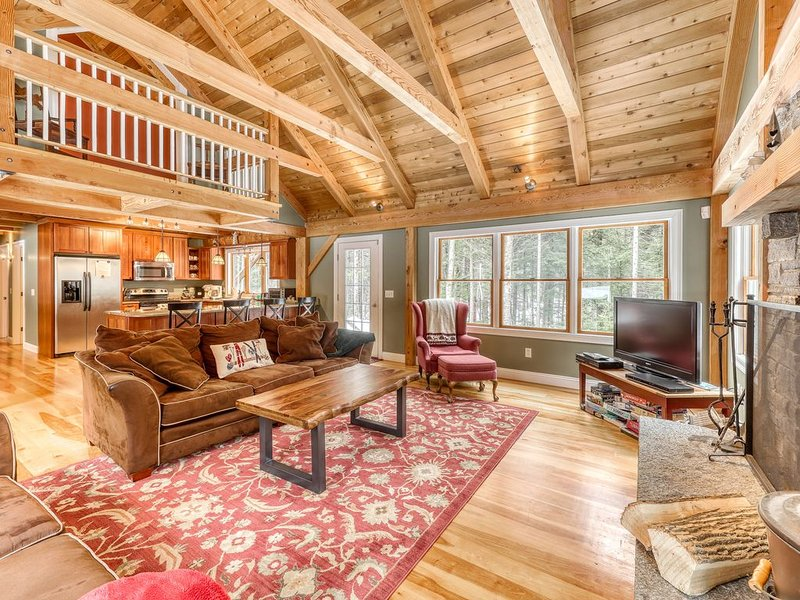 Secluded dog-friendly home w/ wood burning fireplace, Internet, & forest views!, holiday rental in Wilmington