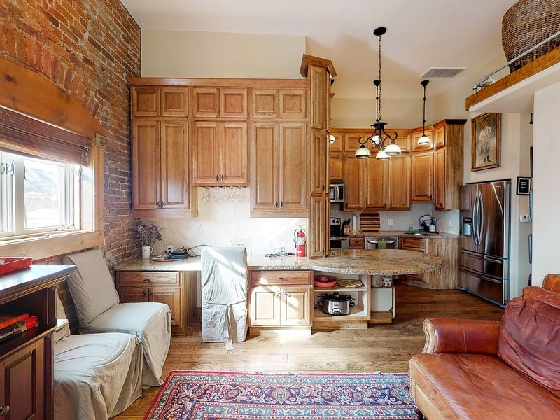 Stylish, downtown condo w/ loft, kitchen, & fireplace plus shared patio & grill, vacation rental in Hesperus