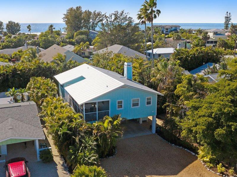 Dog-friendly beach bungalow with private, heated pool, balcony, and lanai, aluguéis de temporada em Anna Maria