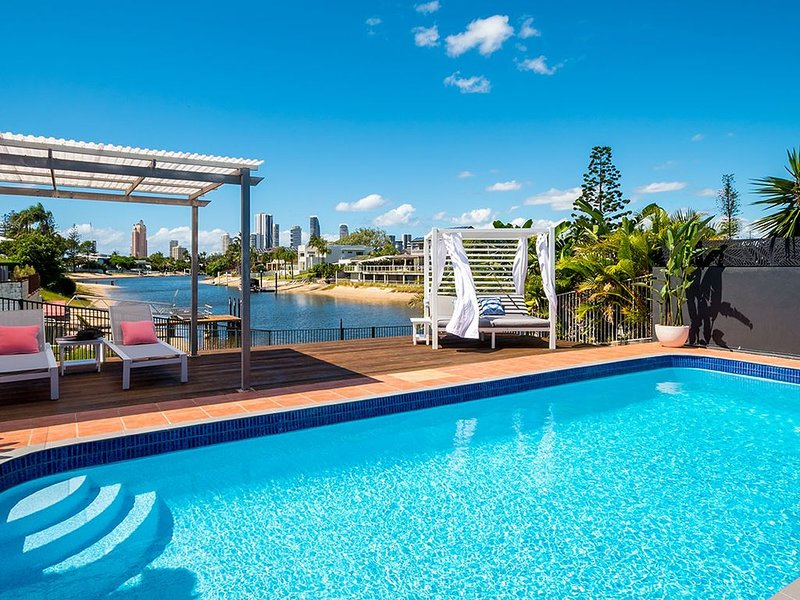 Waterfront with pool, stunning views over water to Surfers Skyline, location de vacances à Carrara