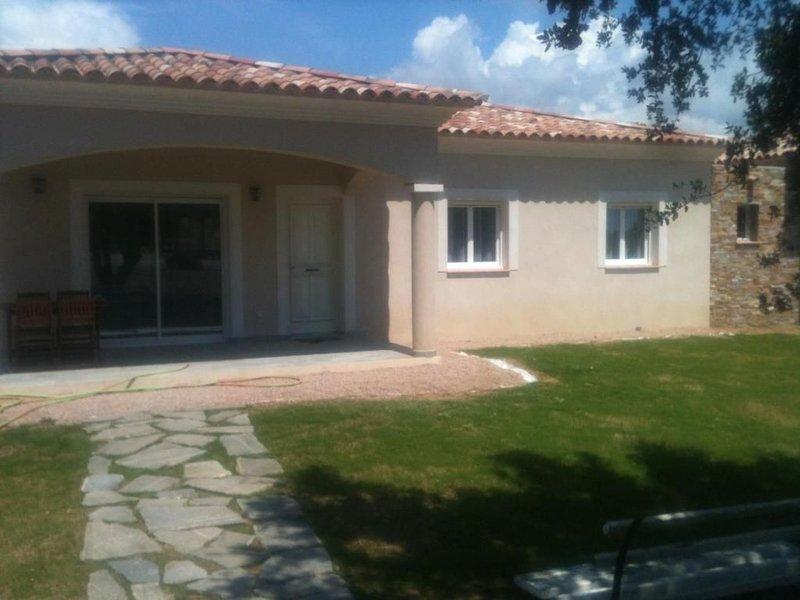 Mini villas F3 avec terrasse et grand jardin à 5 minutes des plages, holiday rental in Serra-di-Ferro