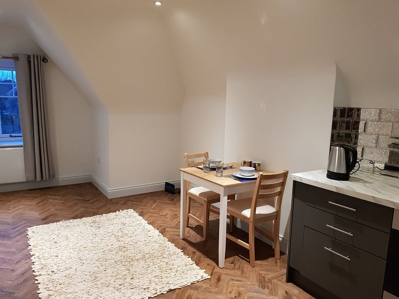 Modern, well kept and warm apartment, holiday rental in Cobham