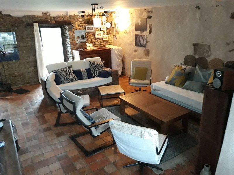 MAISON ANCIENNE SUPERBEMENT RENOVEE ET DECOREE - JARDIN SPACIEUX, holiday rental in Le Tour-du-Parc