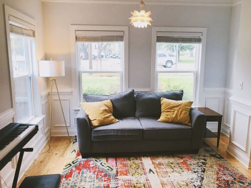 Chic, Trendy Home with Private Backyard Retreat --- 4.94/5.0 on Airbnb, vacation rental in Drayton
