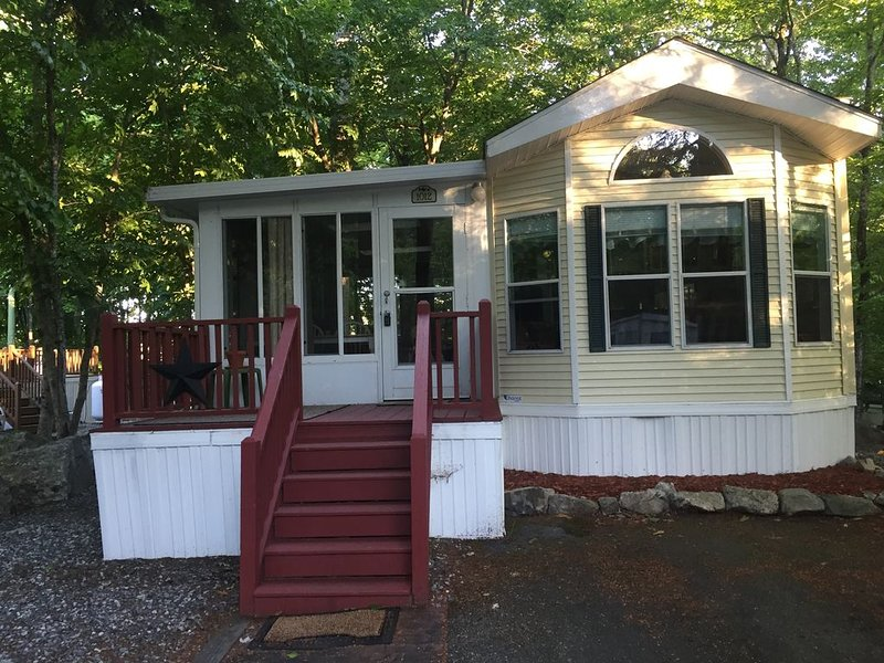 Clean & cozy updated family resort cottage!  Located on quiet dead end street., alquiler de vacaciones en Casco