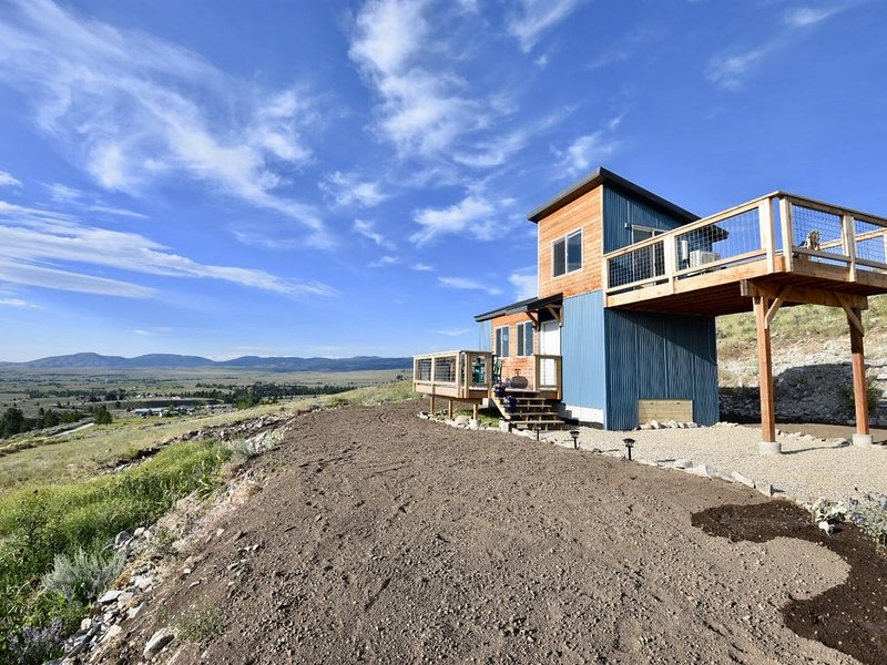 Rustic Modern Tiny House with 270 degree views of the Bitterroot Valley, location de vacances à Stevensville
