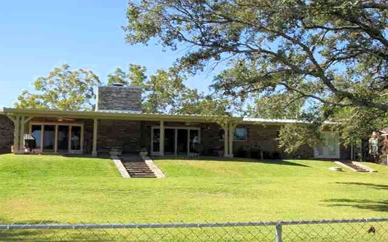 Escape to this Lake LBJ house that sleeps 10 right on the water!, casa vacanza a Sunrise Beach