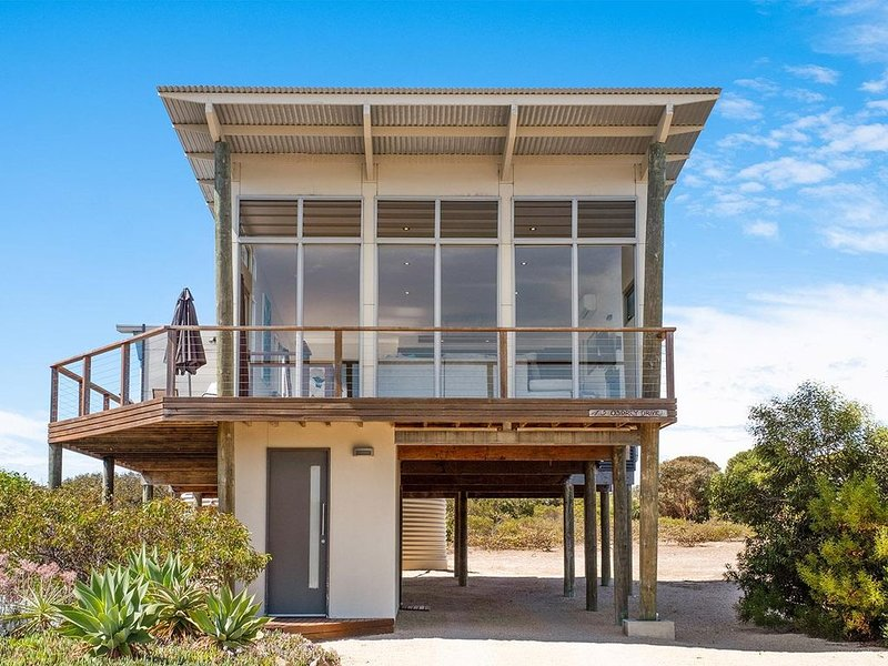 Lakeview - A modern and beautifully designed holiday home, holiday rental in Inneston