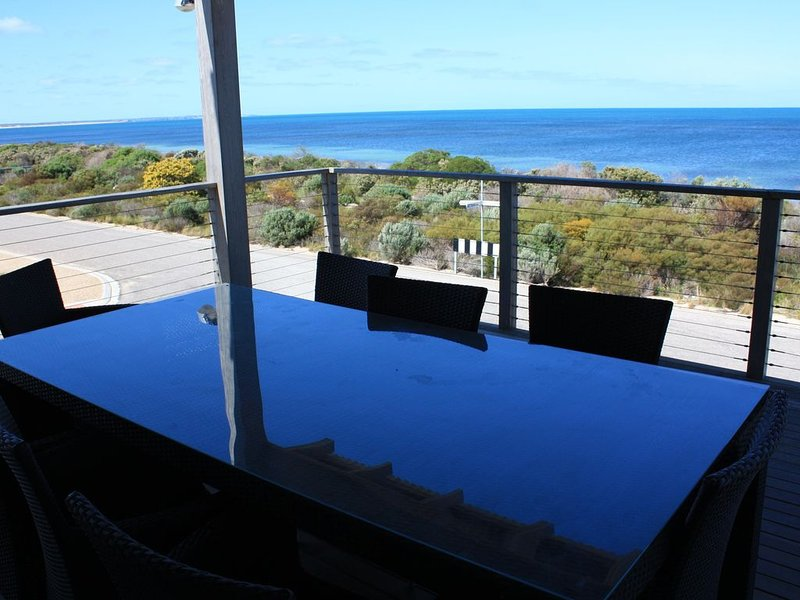 The Esplanade - Large Modern holiday home with spectacular sea Views, holiday rental in Inneston