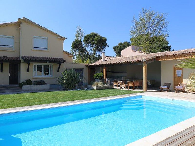 Chaleureuse villa très bien équipée avec piscine  chauffée dans grand parc, vakantiewoning in Cazouls-les-Beziers