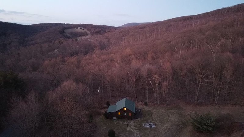 Sunny And Cozy Little Lodge With A Spectacular View Of The Blue Ridge Mountains, vacation rental in Waynesboro