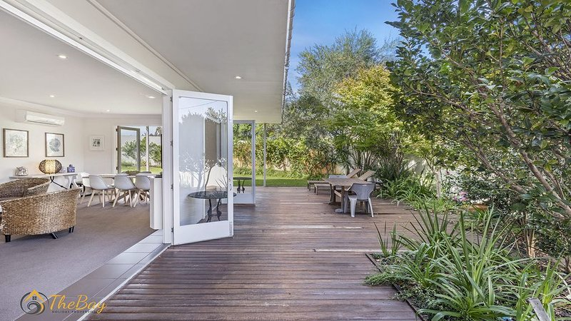 Pet Friendly large home within walking distance to the beach!, casa vacanza a Port Stephens