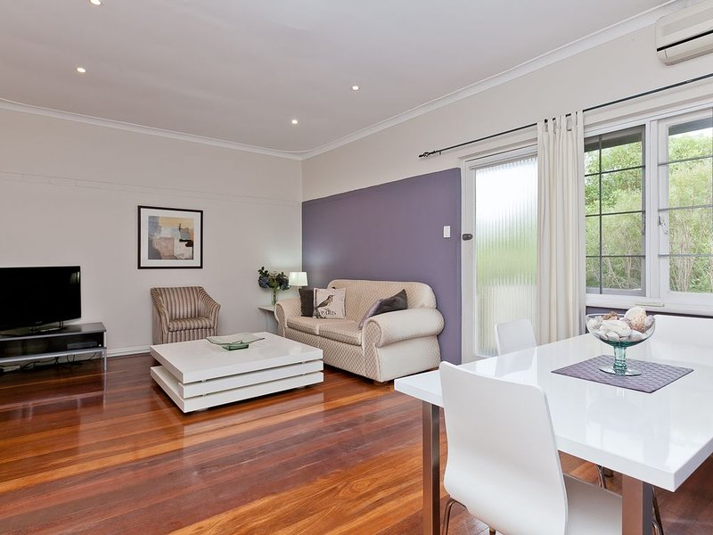 UNIVERSITY OF WA..2 brm Apartment  3, holiday rental in Crawley