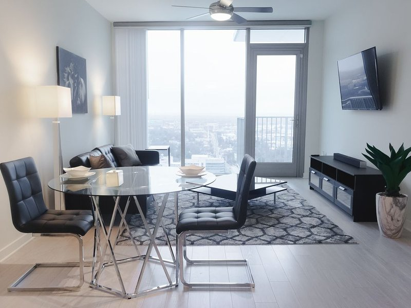 SMART HOME CONDO - SKY RISE VIEW + (FREE PARKING)!!!, holiday rental in Atlanta