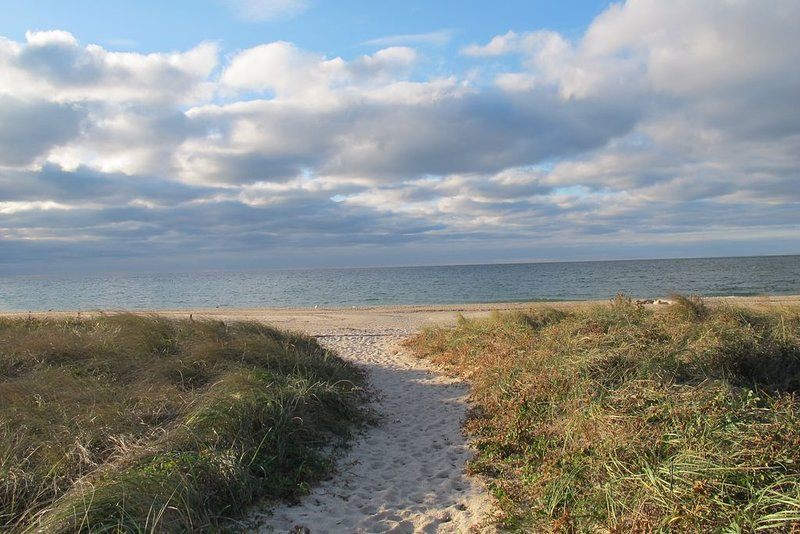 Steps to Beach and Spectacular Sunsets, holiday rental in New Suffolk