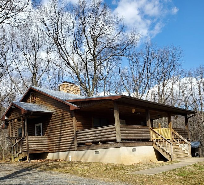 Adorable Cabin at Trout-Stocked Paddy Run Surrounded by GWNF and Hiking Trails, holiday rental in Lost River