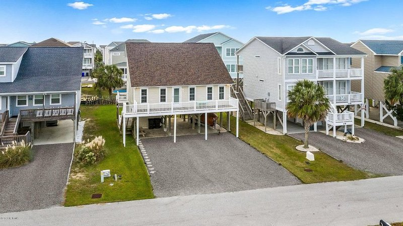 Comfortable, bright and sunny beach house.  Steps away from beach access., holiday rental in Holden Beach